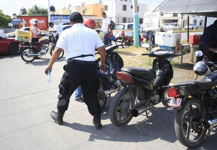 Exhortan a los motociclistas a portar su licencia y usar el caso protector. (Harold Alcocer/SIPSE)