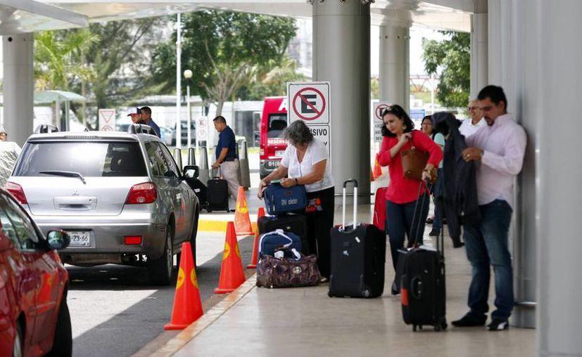 El director de la terminal aérea, Héctor Navarrete Muñoz, recalcó que los vuelos de Miami tanto de ida como vuelta están totalmente llenos. (Milenio Novedades)