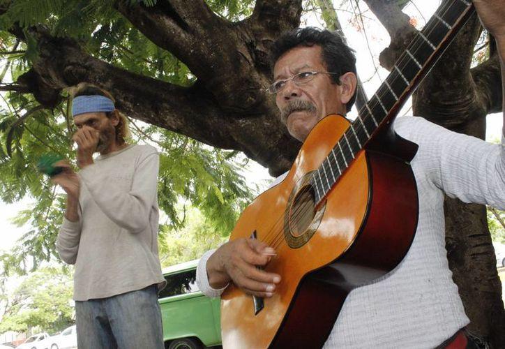 El Parque de las Palapas de Cancún es uno de los sitios icónicos donde esta dupla de músicos hace su presentación. (Sergio Orozco/SIPSE)