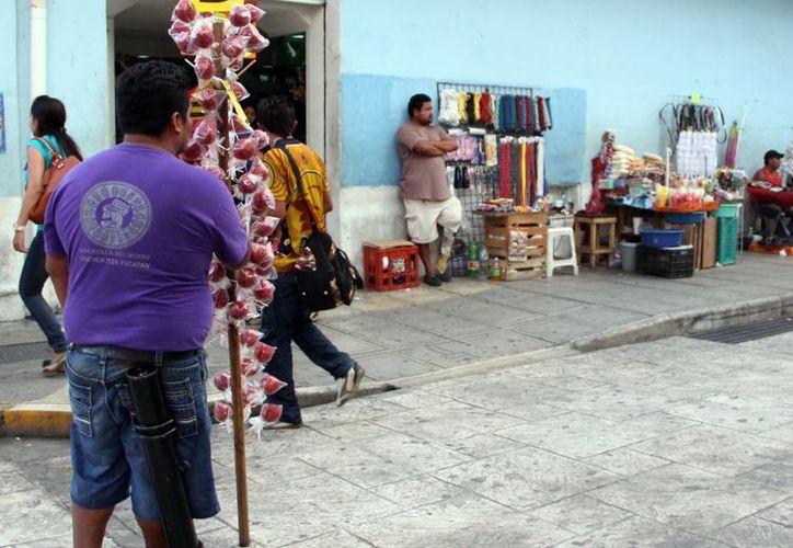 El comercio informal no solo invade la calles del centro se Mérida, a donde corresponde la foto, sino que también ahora se extiende a las colonias. (José Acosta/SIPSE)