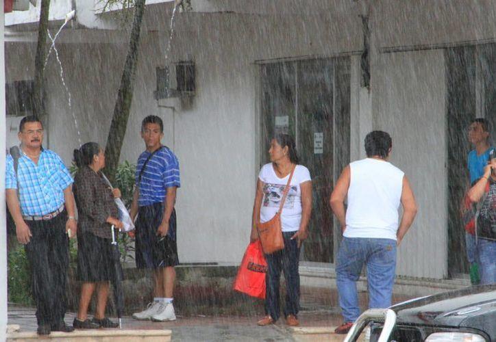 Las lluvias que caen sobre Q. Roo son efecto de la onda tropical número cuatro. (Ángel Castilla/SIPSE)