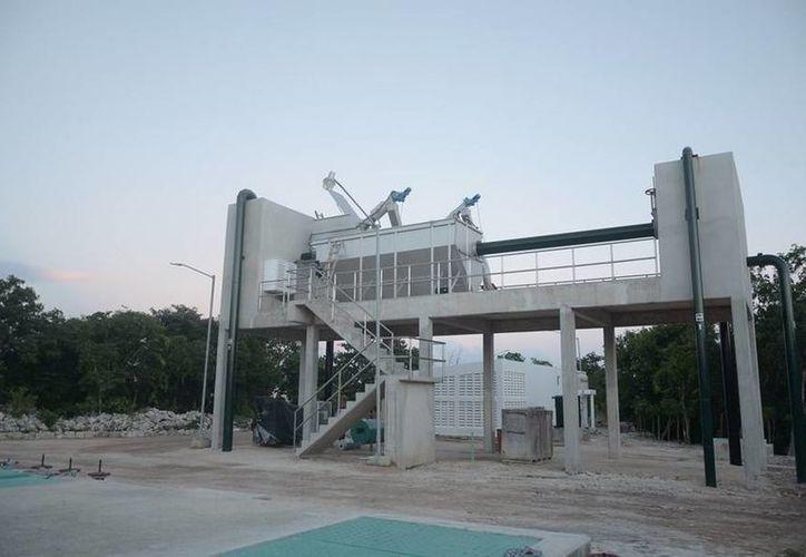 La planta de tratamiento de aguas residuales de Puerto Aventuras puesta en marcha recientemente, beneficia a más de 12 mil habitantes.  (Redacción/SIPSE)