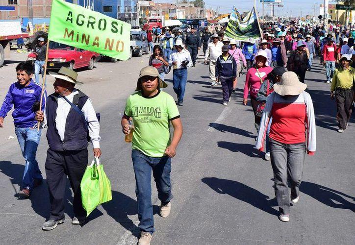 En la imagen, manifestantes bloquean la vía de salida de Arequipa a Cuzco y Puno en apoyo a las protestas de los pobladores de la provincia de Islay contra el proyecto minero Tía María, de la mexicana Souther Copper en Arequipa, Perú. (EFE)