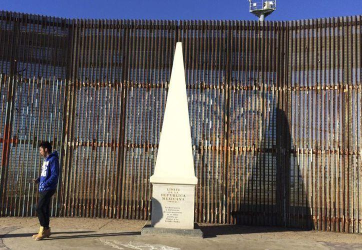 El gobierno de Estados Unidos está 'en la fase inicial' de la construcción del muro en la frontera con México, un tema que ha causado tensión diplomática entre ambas naciones. (AP/Julie Watson)