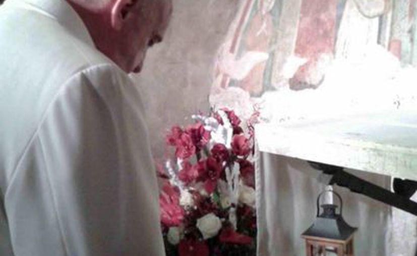 El Papa Francisco reza en el Santuario Franciscano de Greccio, Italia. El Papa visitó hoy por sorpresa el lugar santo. (EFE)