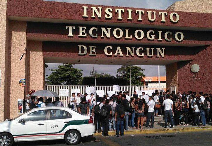 Los alumnos que no participan en la protesta pueden acceder al plantel con normalidad. (Redacción/SIPSE)