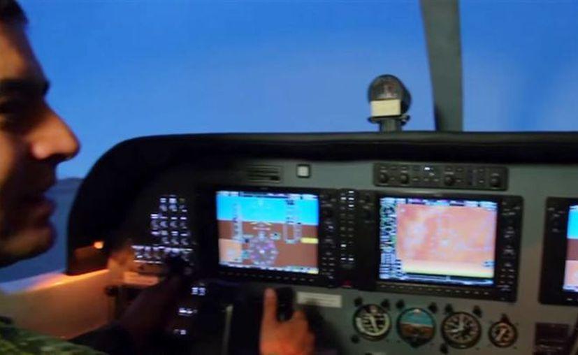 Colombia tiene aeronave militares adquiridas en Estados Unidos, España o Brasil y la reglamentación internacional exige que al menos un piloto debe ir a un simulador, una vez al año. (Captura de pantalla/YouTube)