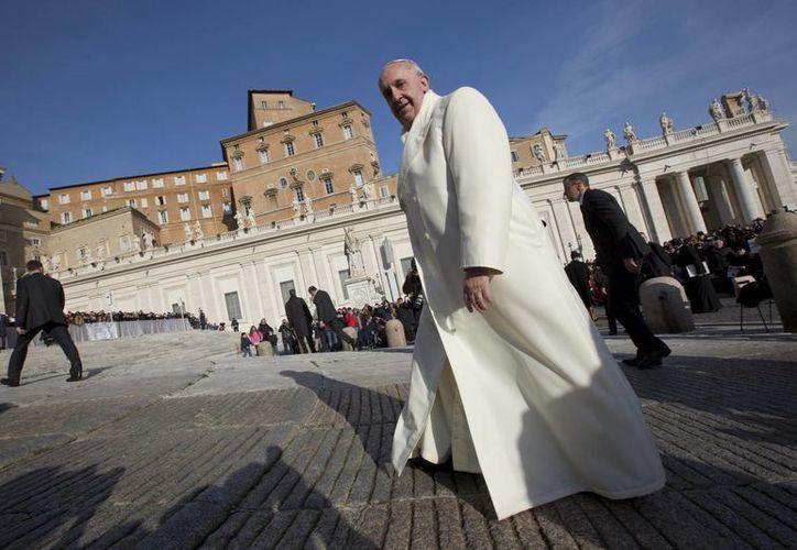 """""""El que ama da, da, da cosas, da vida, da sí mismo a Dios y a los otros. En cambio, quien no ama, quien es egoísta, siempre busca de recibir, siempre trata de tener cosas, de tener ventajas"""", dijo el Papa Francisco. (Agencias)"""
