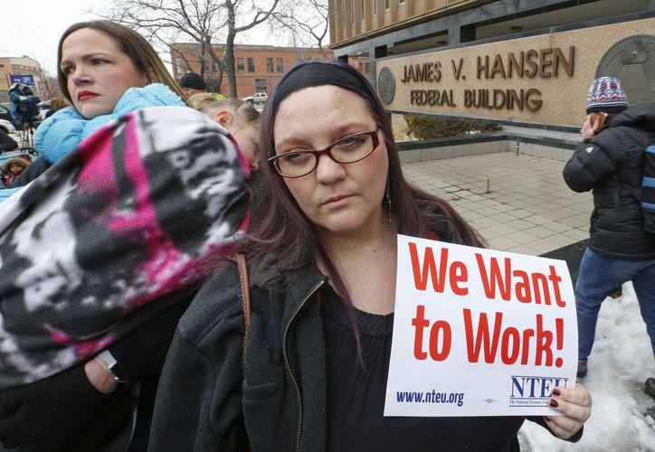 La empleada del Servicio de Impuestos Internos Christine Helquist participa en una manifestación de empleados federales el jueves 10 de enero de 2019 en Ogden, Utah. (AP)