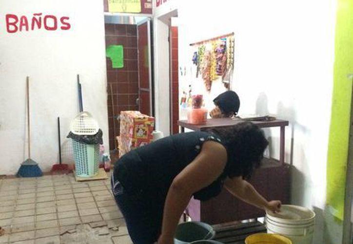 La falta de agua afecta los baños del mercado Ignacio Manuel Altamirano. (Harold Alcocer/SIPSE)