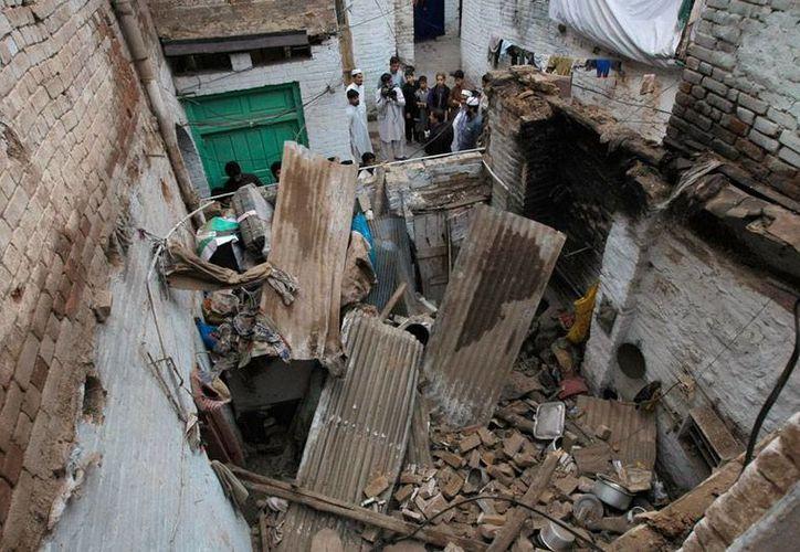 Un potente sismo causó decenas de muertos en varios países de Asia. Miles de casas quedaron destruidas, como la de la imagen, en Peshwar, Pakistán. (AP)