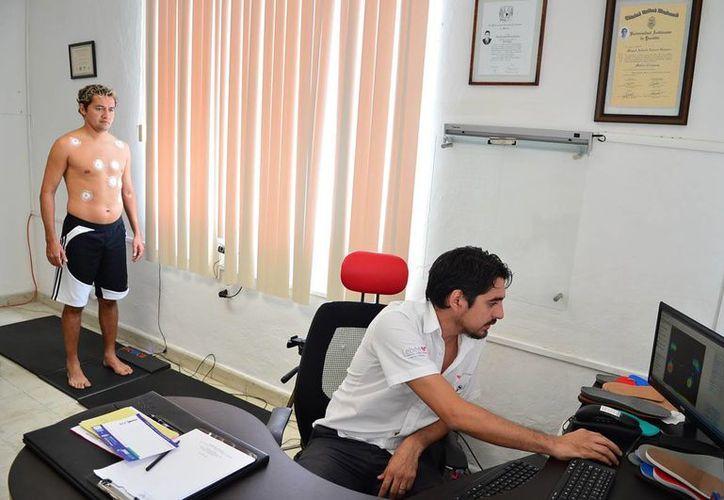 """José Luis """"Parejita"""" López,  ayer durante su prueba en la clínica. (Luis Pérez/SIPSE)"""