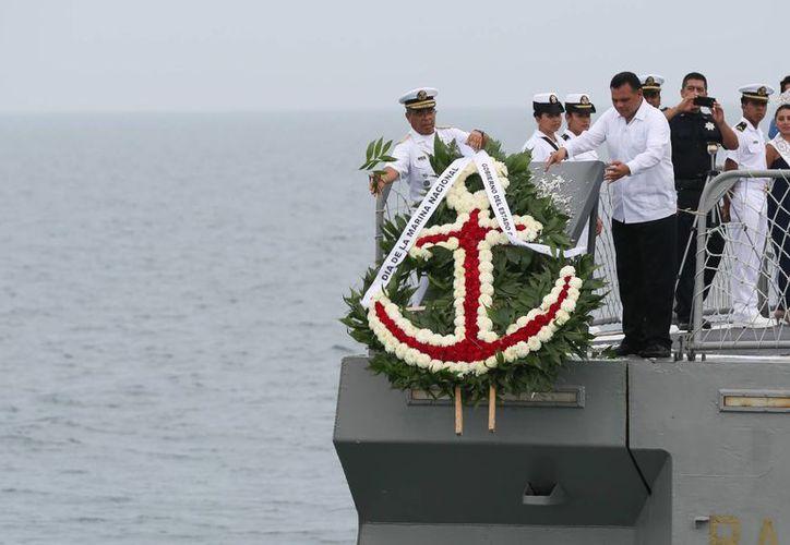 Ofrenda floral en aguas marítimas de Yucatán, con motivo del Día de la Marina Nacional 2015. (SIPSE)