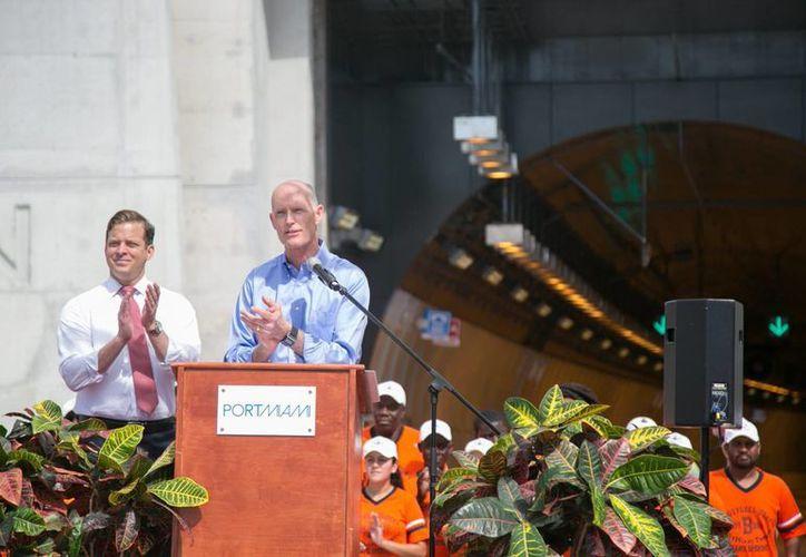 El gobernador de Florida, Rick Scott (d), junto al vicegobernador, Carlos Lopez-Cantera (izq), al inaugurar el túnel. (EFE)