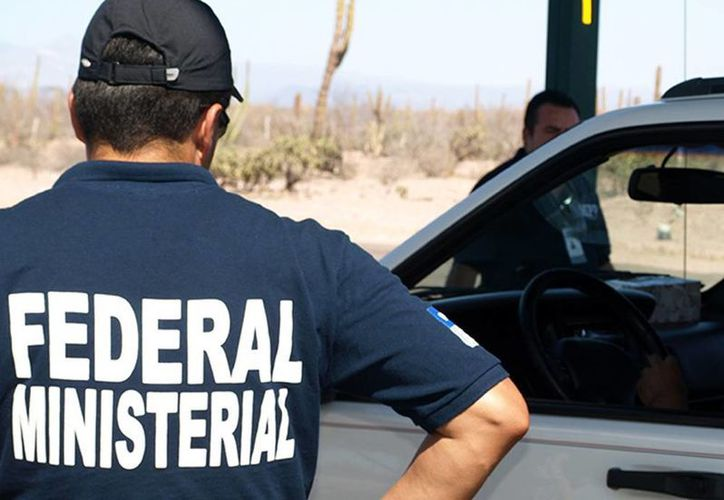 Los agentes federales realizaron operativos en dos domicilios para liberar a las personas secuestradas. Imagen de los agentes durante el rescate de extranjeros y mexicanos. (Excelsior)