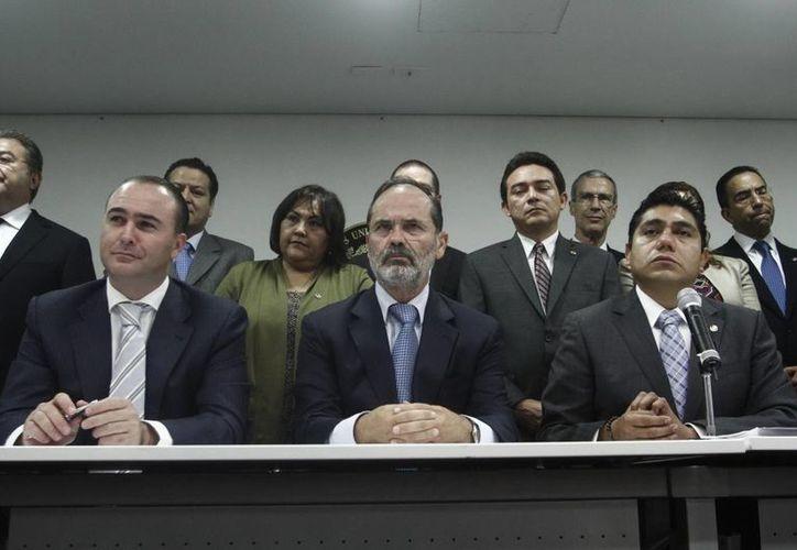El coordinador del PAN en la Cámara de Diputados, Luis Alberto Villarreal, el presidente nacional del PAN, Gustavo Madero, y el coordinador de los senadores de Acción Nacional, Jorge Luis Preciado. (Notimex)