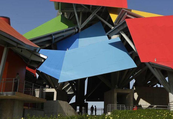 El museo llama la atención por su singular diseño: un amasijo de hierro y acero, con techos superpuestos, con formas geométricas diversas. (AP)
