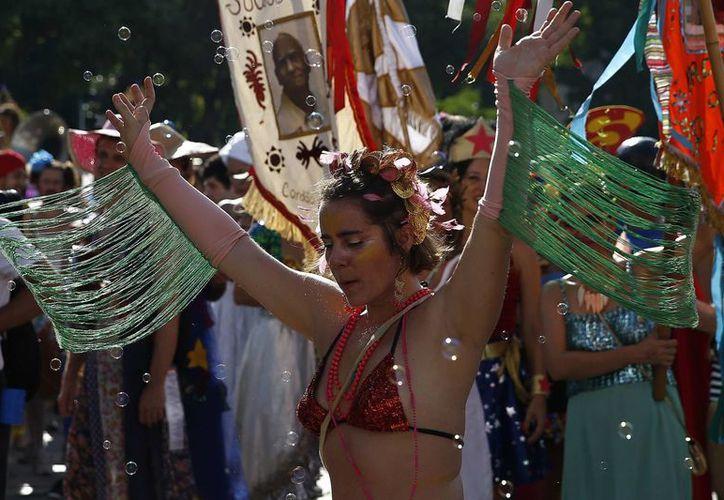 """Dos hombres fallecieron en las últimas horas en fiestas del Carnaval de Brasil. En la foto, participantes bailan durante el desfile del bloco (banda callejera) """"Cordão do Boitatá"""", en el barrio Lapa de Río de Janeiro. (EFE)"""