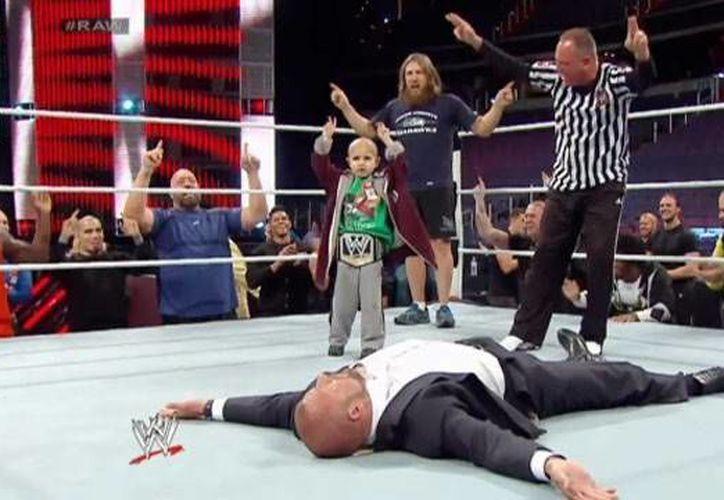 Connor Michalek, un niño víctima de un cáncer terminal, cumplió su sueño de luchar en la WWE. (muscleandfitness.com)