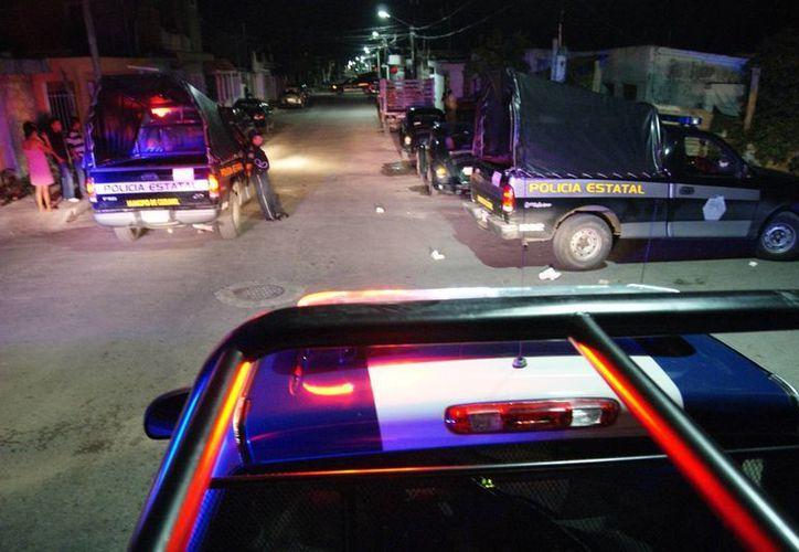 Un par de muchachos fueron detenidos luego de lanzar proyectiles a una patrulla, pero sus papás pagaron la reparación y los liberaron.  (Redacción/SIPSE)