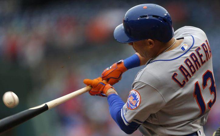 Los Mets aseguraron su pase a la postemporada de Grandes Ligas, En la foto, Asdrubal Cabrera al momento de conectar un hit. (AP)