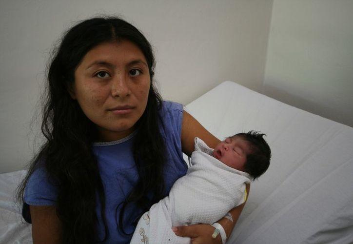 Cinthia Cervera Ortiz y su bebé Esmeralda. (SIPSE)