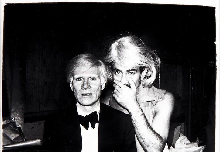 El padre del Pop Art Andy Warhol (i) y Víctor Hugo en el Studio 54. Esta una de las fotos que se pueden comprar en subasta en linea organizada por la casa Christie's. (EFE/Archivo)