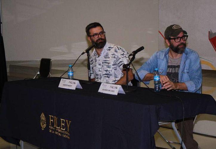 Los dibujantes sudamericanos Alberto Montt y Ricardo Siri Liniers durante la plática titulada 'Dosis Macanucas' que se realizó esta mañana en la Feria Internacional de la Lectura Yucatán. (Jorgé Acosta/ Milenio Novedades)