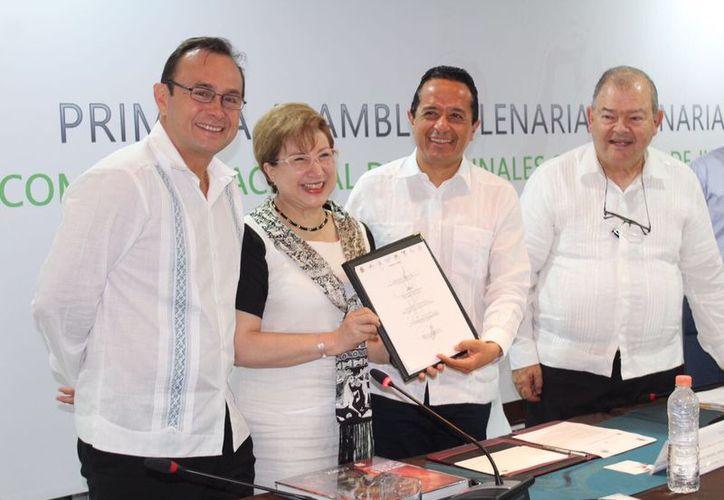 El gobernador Carlos Joaquín y la ministra del Poder Judicial de la Federación, Margarita Luna, testificaron la firma del pacto estatal.