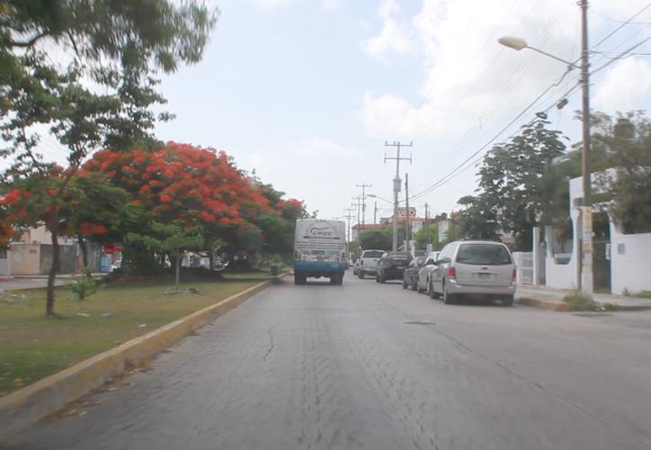 Los vehículos estacionados recortan la capacidad de los carriles para el libre tránsito. (Sergio Orozco/SIPSE)