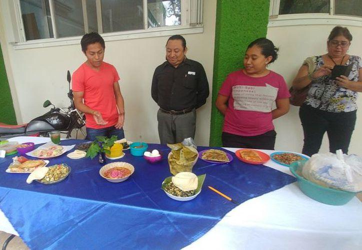 Los universitarios de todas las carreras de la Uimqroo participaron en la exhibición  de los platillos como tamales, Tóokcel, Codzitos, relleno negro y atole. (Tony Blanco/SIPSE)