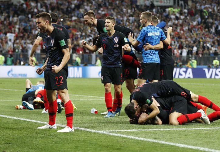Los festejos croatas subidos de tono terminaron con un fotógrafo 'sepultado'  (Foto AP)