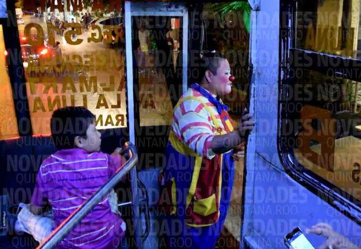El transporte público es uno de los espacios que ocupan las personas para ganarse unas monedas. (Fotos: Luis Soto/SIPSE)