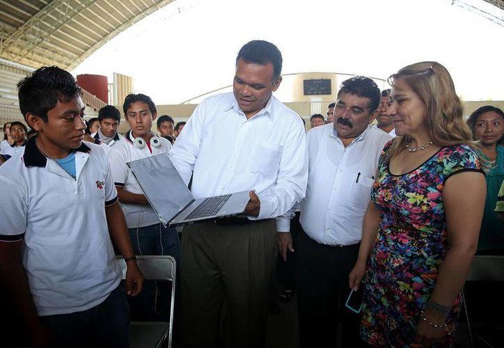 Zapata Bello entregó ayer martes computadoras a estudiantes en el complejo deportivo Inalámbrica. (SIPSE)