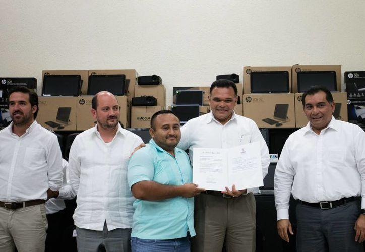 El gobernador Rolando Zapata entregó este lunes 133 133 plazas administrativas para trabajadores de 55 planteles del Cobay. (Foto cortesía del Gobierno)