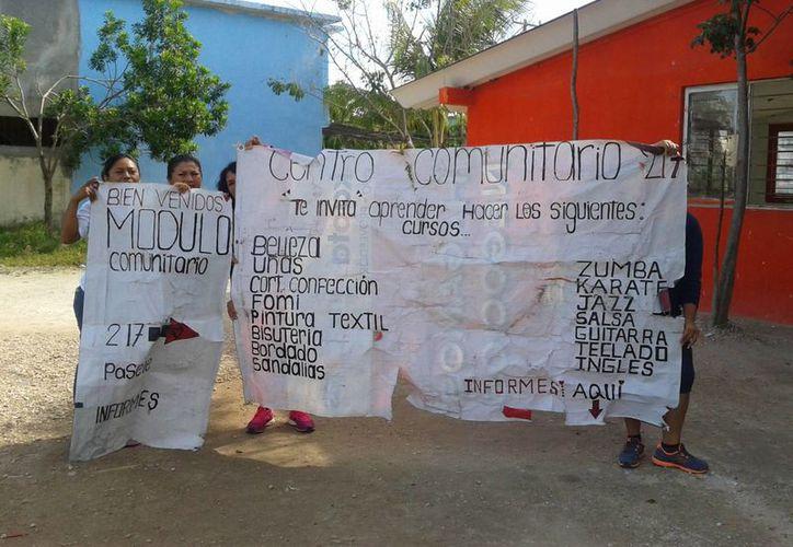 Las féminas protestaron mostrando pancartas sobre las actividades que realizan en el módulo. (Tomas Álvarez/SIPSE)