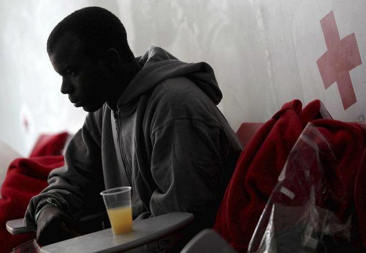 Un inmigrante de origen subsahariano es atendido por los servicios de emergencias. (EFE)