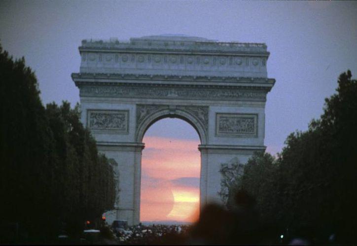 Cientos de miles de personas se reúnen cada año en la plaza de la Concordia y los Campos Elíseos para asistir a la última etapa del Tour de Francia. La policía parisina abrió fuego contra un auto que intentó atravesar las barreras. (EFE)