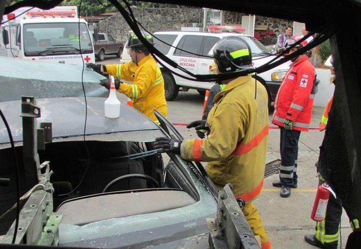 Dos paramédicos fueron los primeros en profesionalizarse como Técnicos en Extracción Vehicular nivel intermedio. (Harold Alcocer/SIPSE)