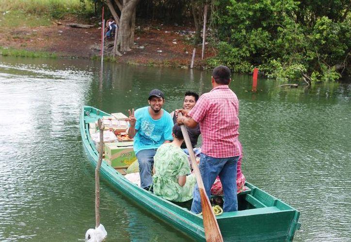 Algunos comercios han tenido que apuntalar sus ventas hacía los compradores que provienen de Belice o en su caso aumentar el envío de productos a través del río Hondo. (Edgardo Rodríguez/SIPSE)