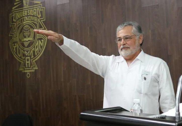 Fernando Aguilar Ayala durante su toma de protesta como director de la Facultad de Odontología de la Uady. (Milenio Novedades)