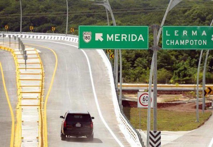 El Periférico de Campeche cuenta con siete distribuidores viales que reducirán el tiempo de recorrido de quienes transiten por la capital campechana. (Presidencia)