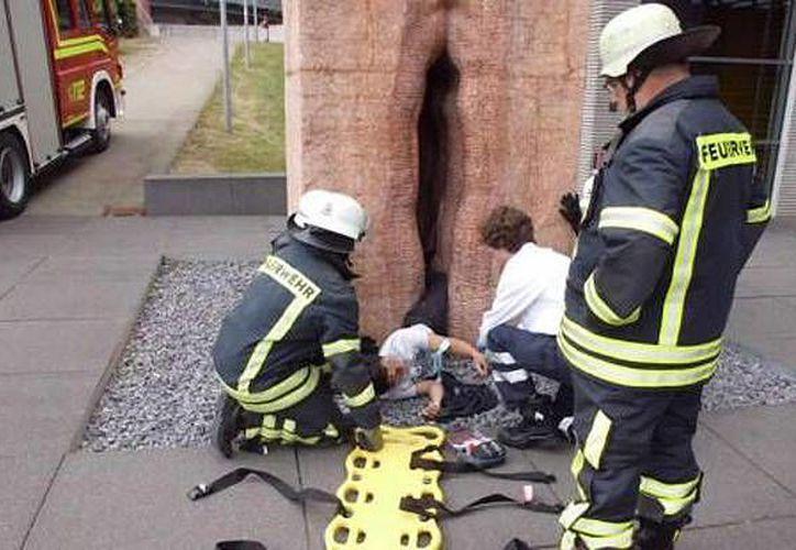 Imagen del momento en que el joven era auxiliado por los bomberos. (Wochenblatt.de)