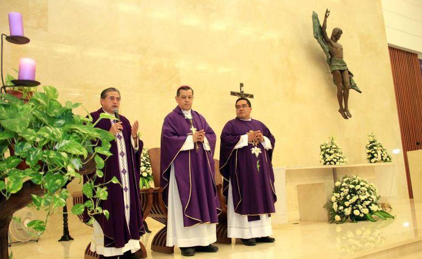 La parroquia de Cristo Resucitado celebró sus 15 años con una misa presidida por el Arzobispo de Yucatán. (Jorge Acosta/SIPSE)