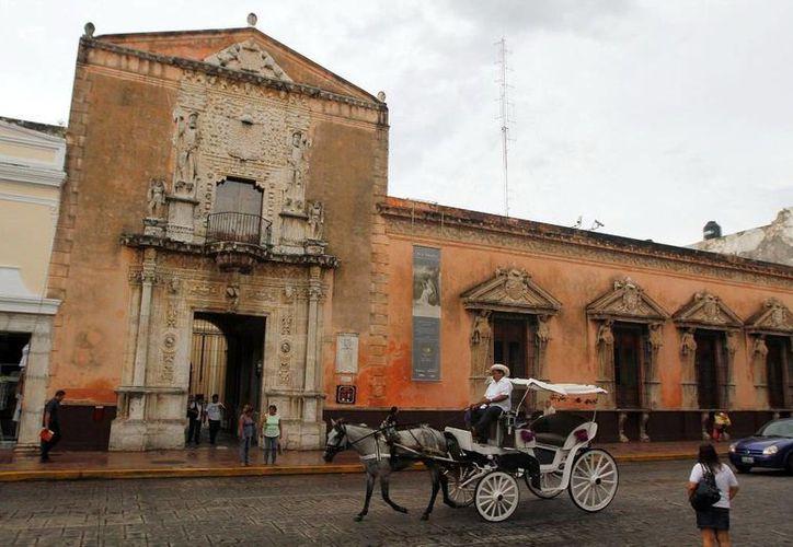 Por sus avances en diversos rubros, Yucatán es serio contendiente a ser sede del Tianguis Turístico en 2016. En la foto, una calesa recorre el Centro de Mérida. (SIPSE)