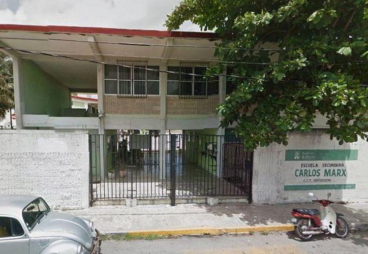 """Un hecho de sangre ocurrió en la secundaria """"Carlos Marx"""" de Progreso. Un menor de 13 años terminó en el hospital. (Milenio Novedades)"""