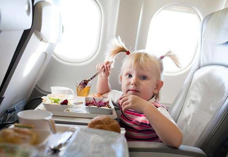 Procure que los niños estén comiendo algo durante el despegue y el aterrizaje, pues el masticar les ayuda a prevenir el dolor de oído. (Contexto/Internet)