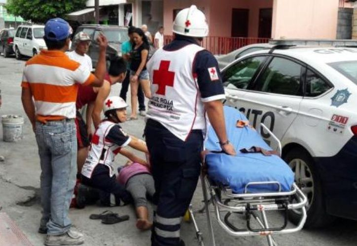 Paramédicos de la Cruz Roja arribaron al lugar tras recibir el reporte del hecho. (Multimedios)