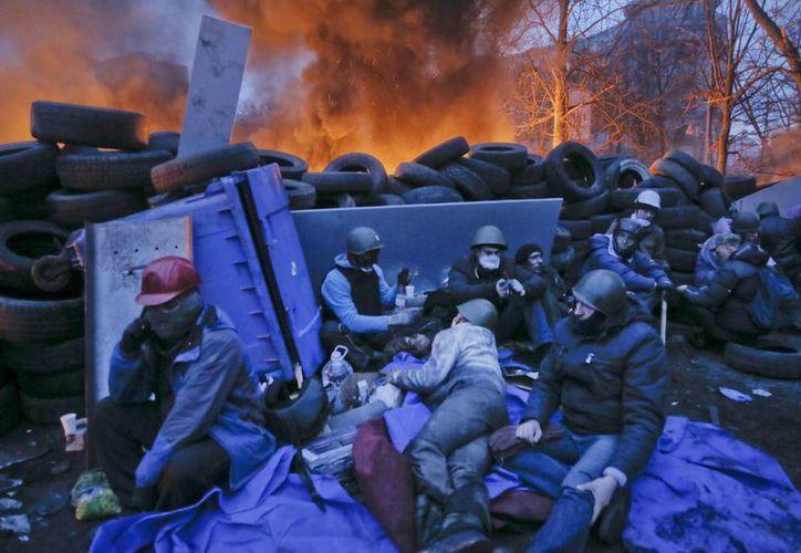 Por lo menos 101 personas han muerto en los violentos enfrentamientos registrados en Kiev. (Agencias)