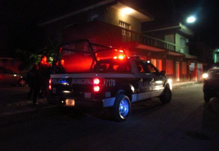 La Policía Municipal arribó al lugar, donde turistas reportaron que les robaron una caja fuerte con euros y miles pesos. (Foto: Redacción)